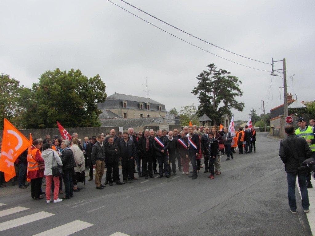 au-mesnil-en-vallee-100-manifestants-devant-le-foyer-rochas